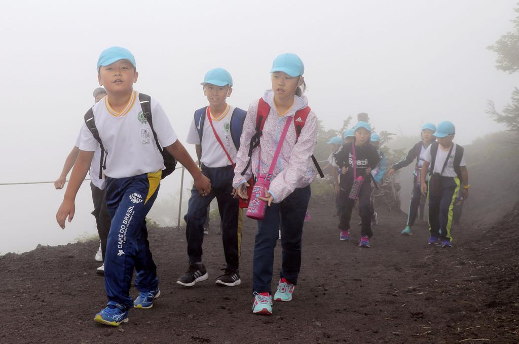 富士山の静岡県側登山道が山開きを迎え、富士宮ルートを登る小学生たち=10日午前11時10分ごろ