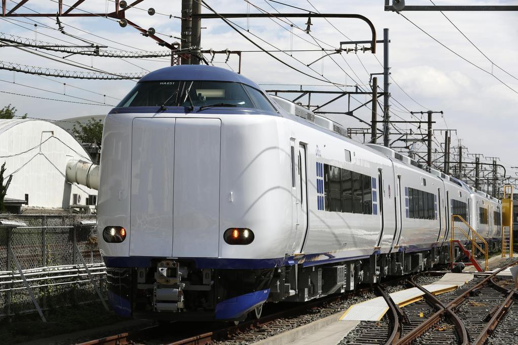 報道陣に公開された、JR西日本が特急「はるか」に導入する新型車両=10日午前、大阪府東大阪市