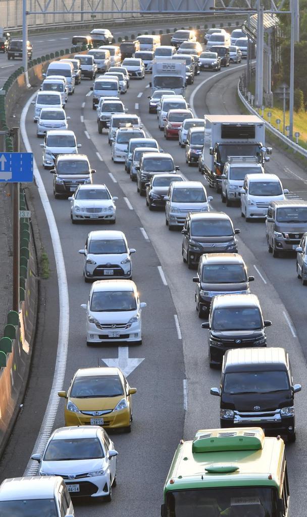 渋滞するGWの中国道。お盆渋滞のピークは下り8月10日、上り8月15日と予想される=令和元年5月5日午後6時19分、兵庫県西宮市(沢野貴信撮影)