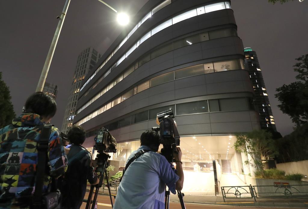 多くの報道陣が集まったジャニーズ事務所ビル=東京都港区(山田俊介撮影)