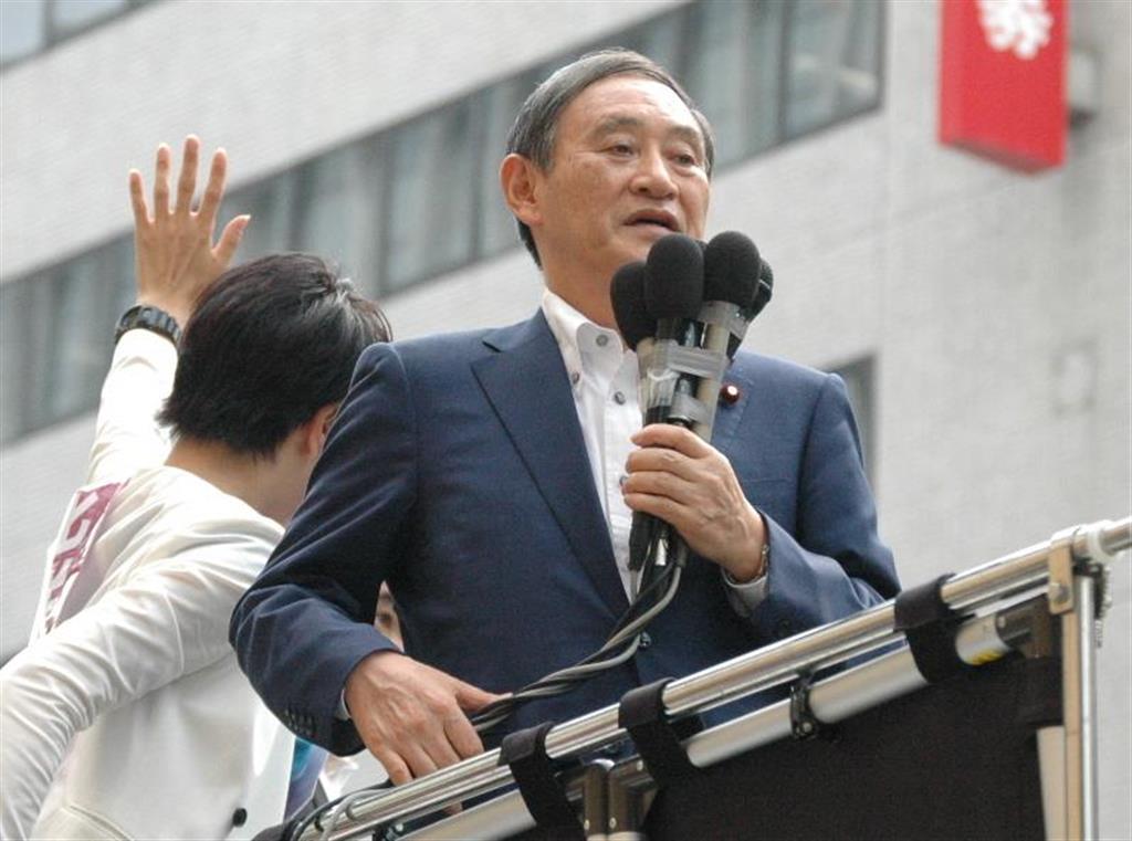街頭演説する菅義偉官房長官(右)=6月22日、広島市中区(中村智隆撮影)