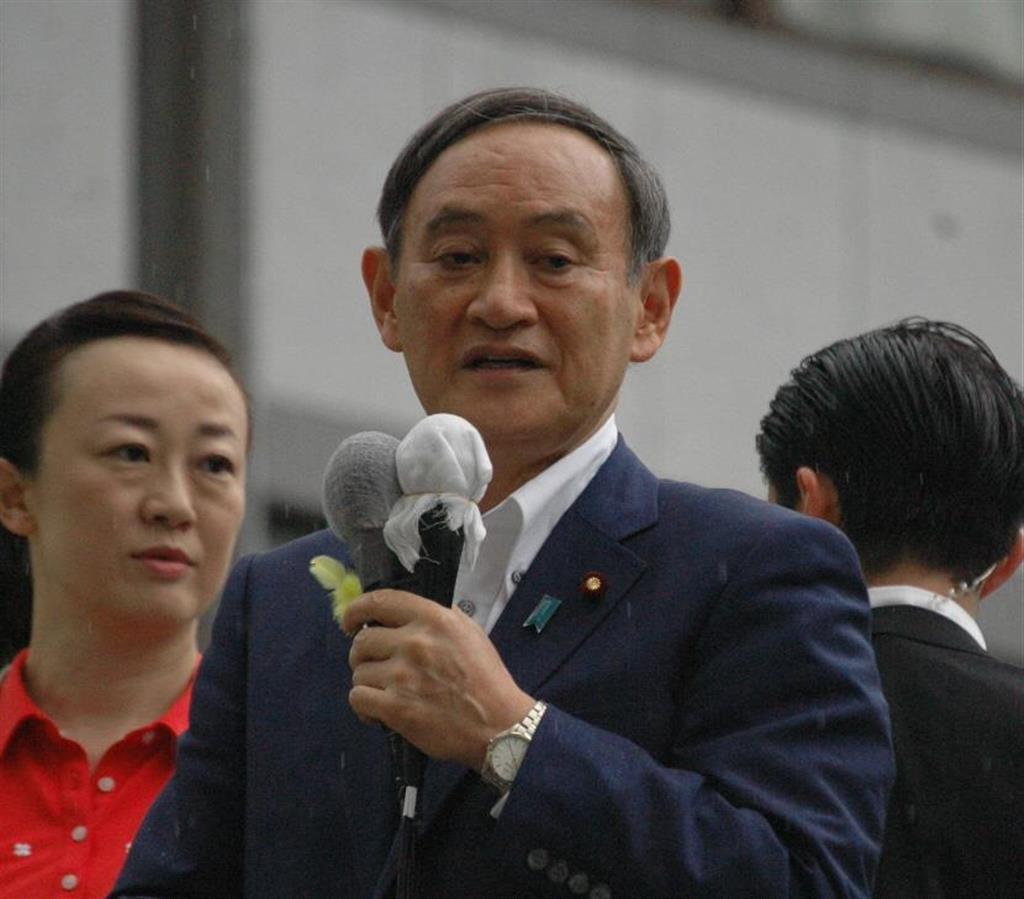 参院選が公示され、街頭遊説する菅義偉官房長官=7月4日、東京都港区(中村智隆撮影)
