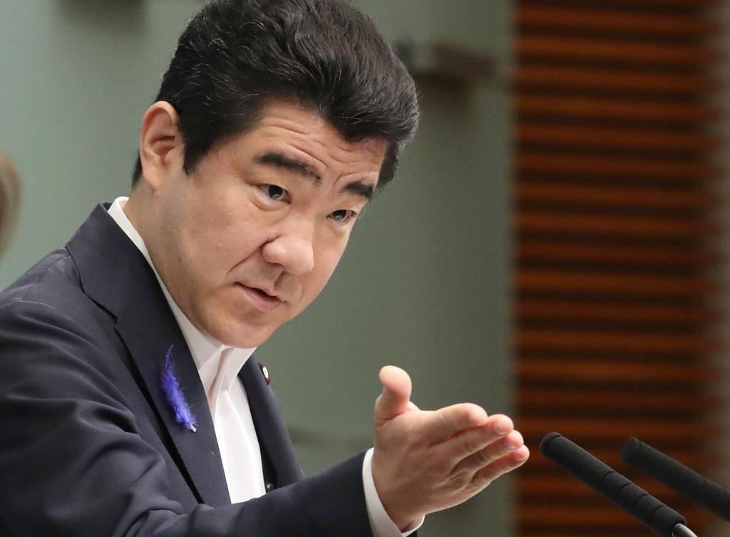 会見に臨む野上浩太郎官房副長官=10日午前、首相官邸(春名中撮影)