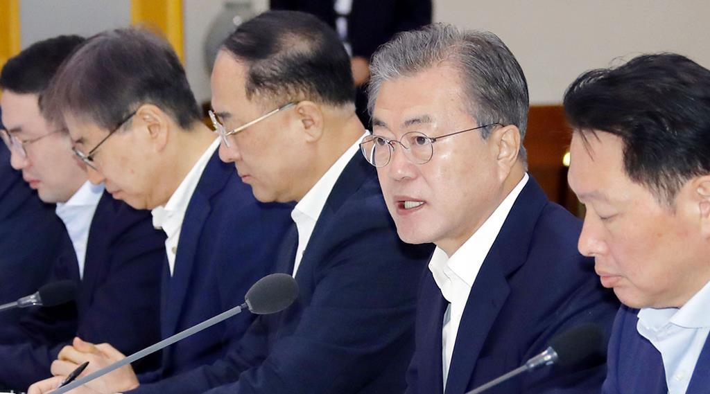 10日、財閥トップらとの会議で発言する韓国の文在寅大統領(右から2人目)=ソウル(聯合=共同)