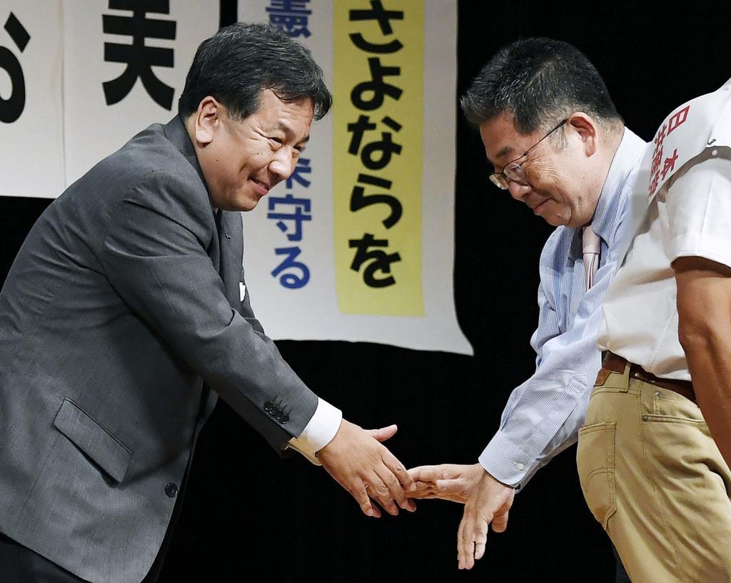 野党統一候補となった共産党新人の集会に参加し、同党の小池書記局長(右)と握手を交わす立憲民主党の枝野代表=10日午後、福井市(候補者名を画像加工しています)