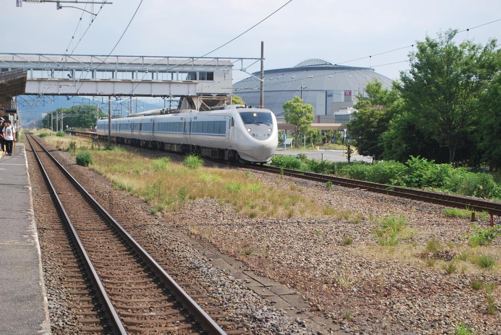 田村を通過する特急しらさぎ。手前のスペースに機関車を止める留置線があった