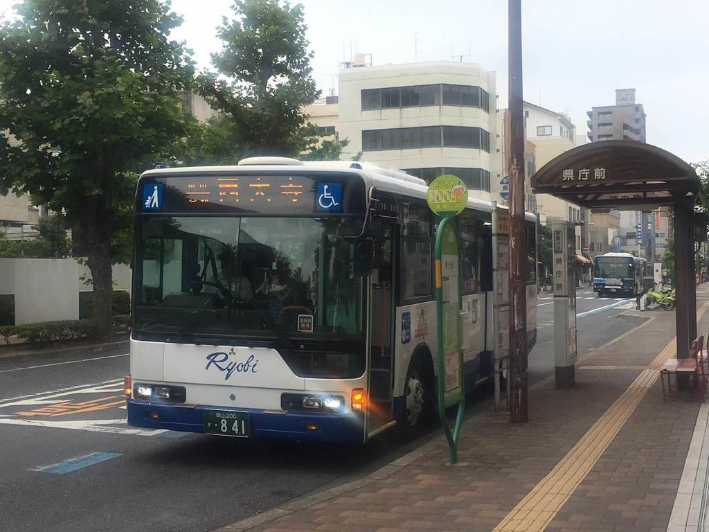 岡山西大寺線を走る両備バスの車両=7月3日、岡山市