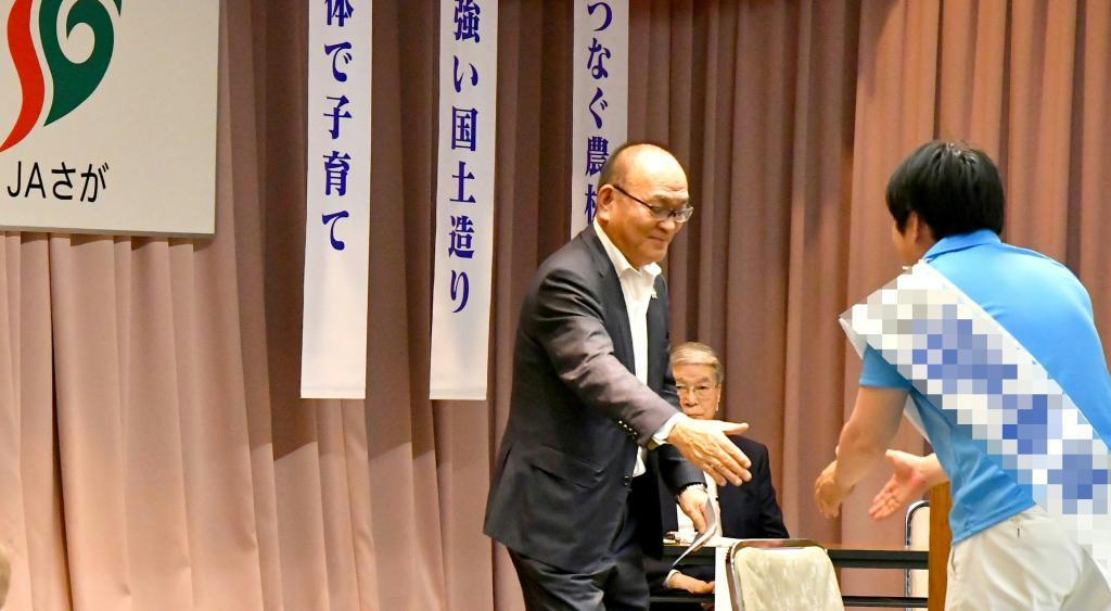 決起集会で自民候補と握手する佐賀県農政協議会の金原寿秀会長