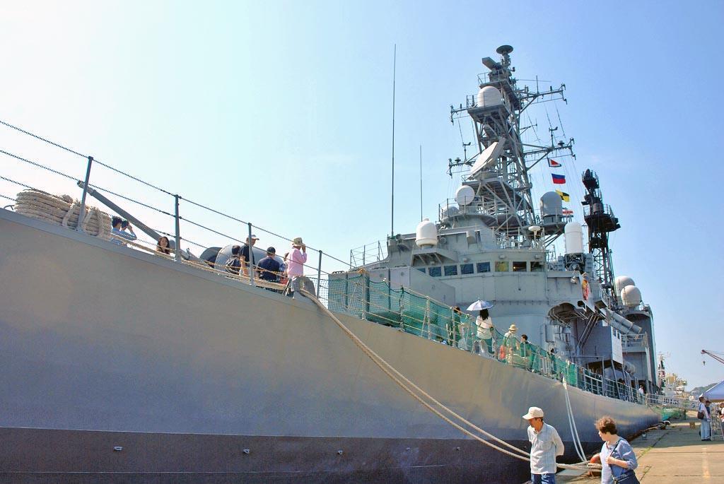 松山市の松山外港で一般公開された海上自衛隊の護衛艦「うみぎり」