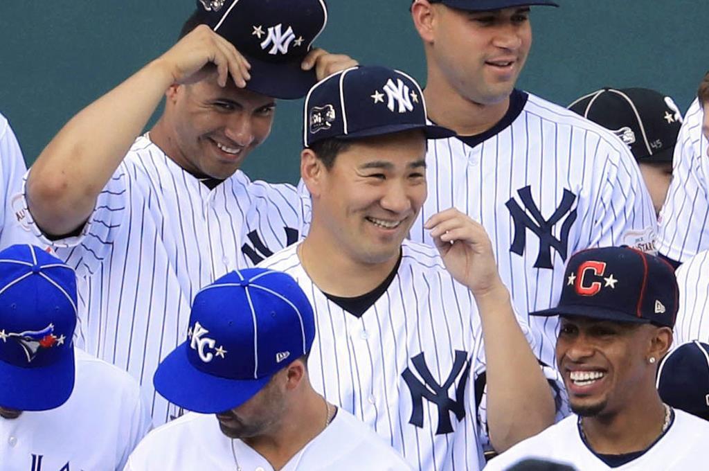 試合前の記念撮影で笑顔を見せるヤンキース・田中(中央)=クリーブランド(共同)