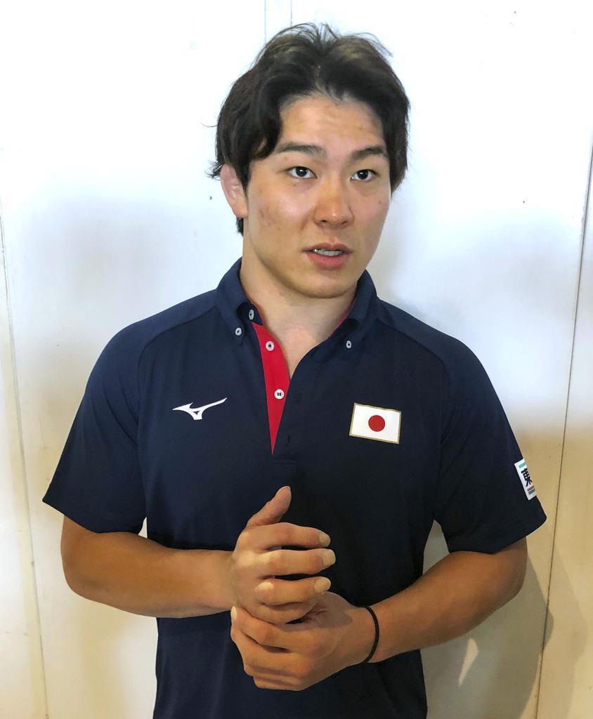 成田空港で取材に応じる柔道男子90キロ級の向翔一郎=10日