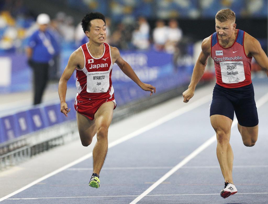 陸上男子100メートル決勝 10秒43で7位だった宮本大輔(左)=ナポリ(共同)