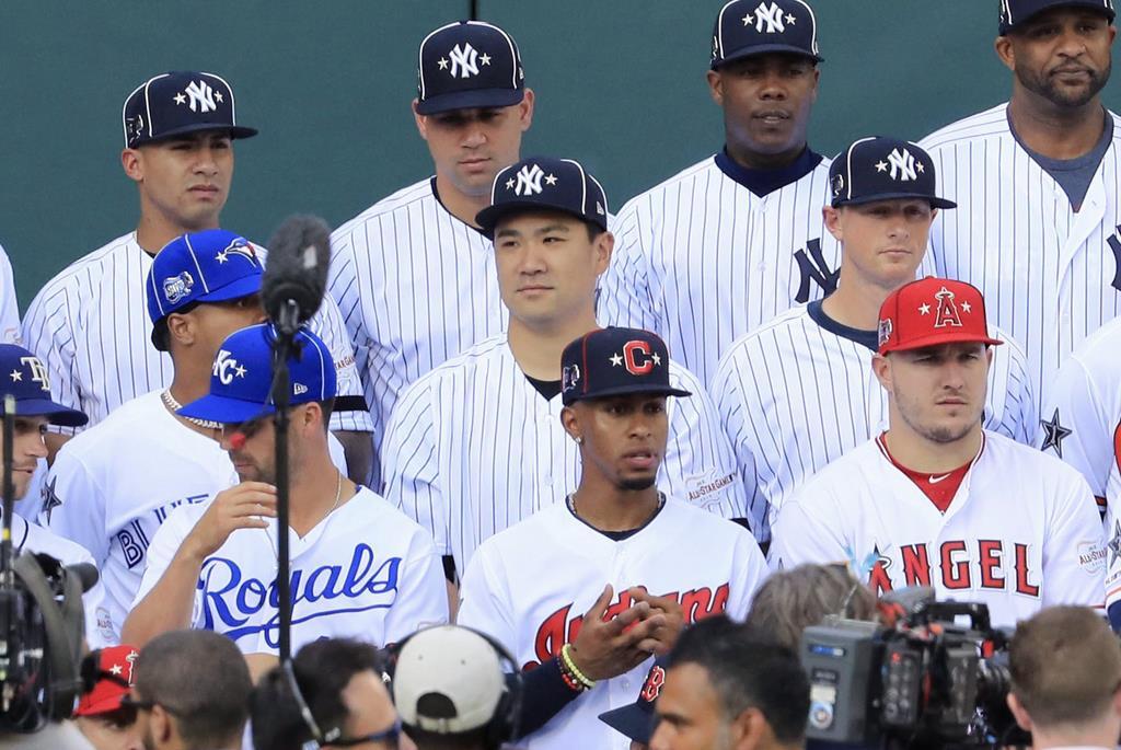 試合前、記念写真に納まるヤンキース・田中(中列右から2人目)=クリーブランド(共同)