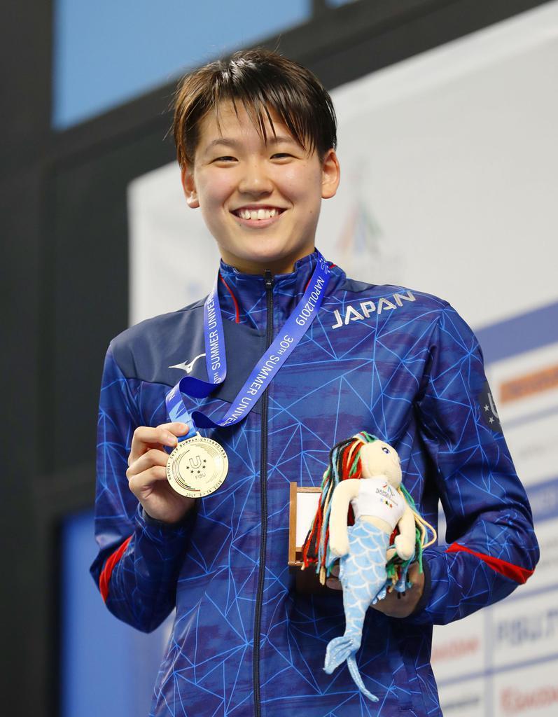 競泳女子800メートル自由形で優勝し、笑顔で金メダルを手にする小堀倭加=ナポリ(共同)
