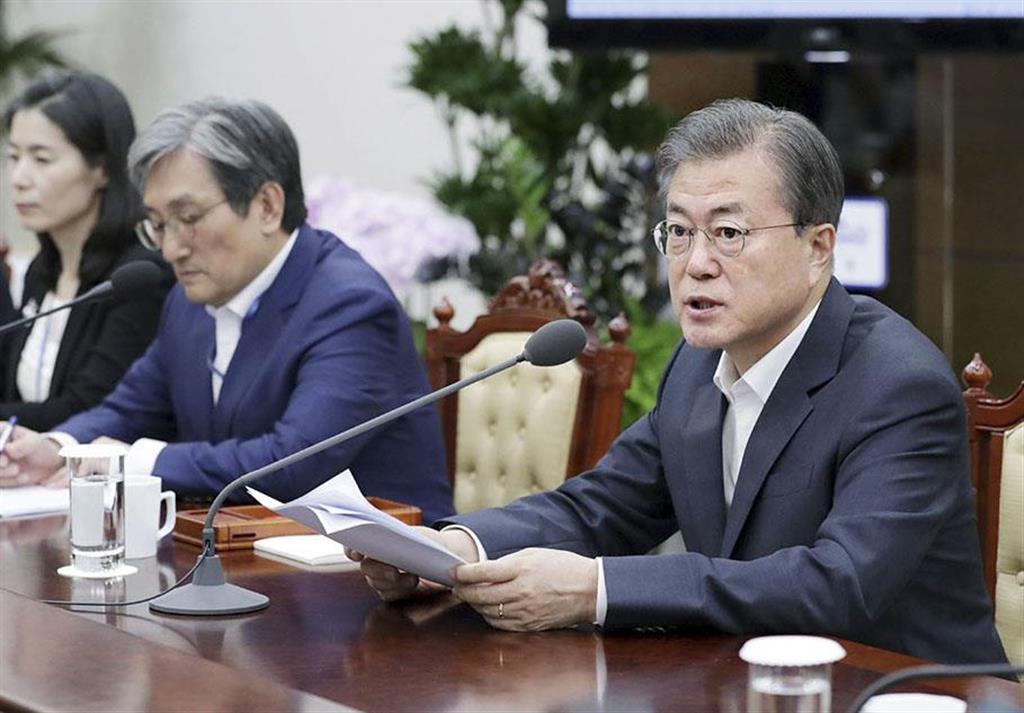 8日、ソウルの韓国大統領府で会議を開く文在寅大統領(大統領府提供・共同)