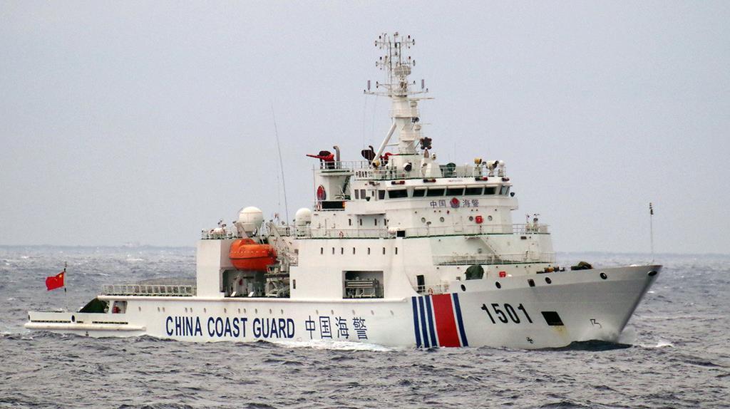 尖閣諸島周辺の接続水域を航行する中国海警局の船(海上保安庁提供)