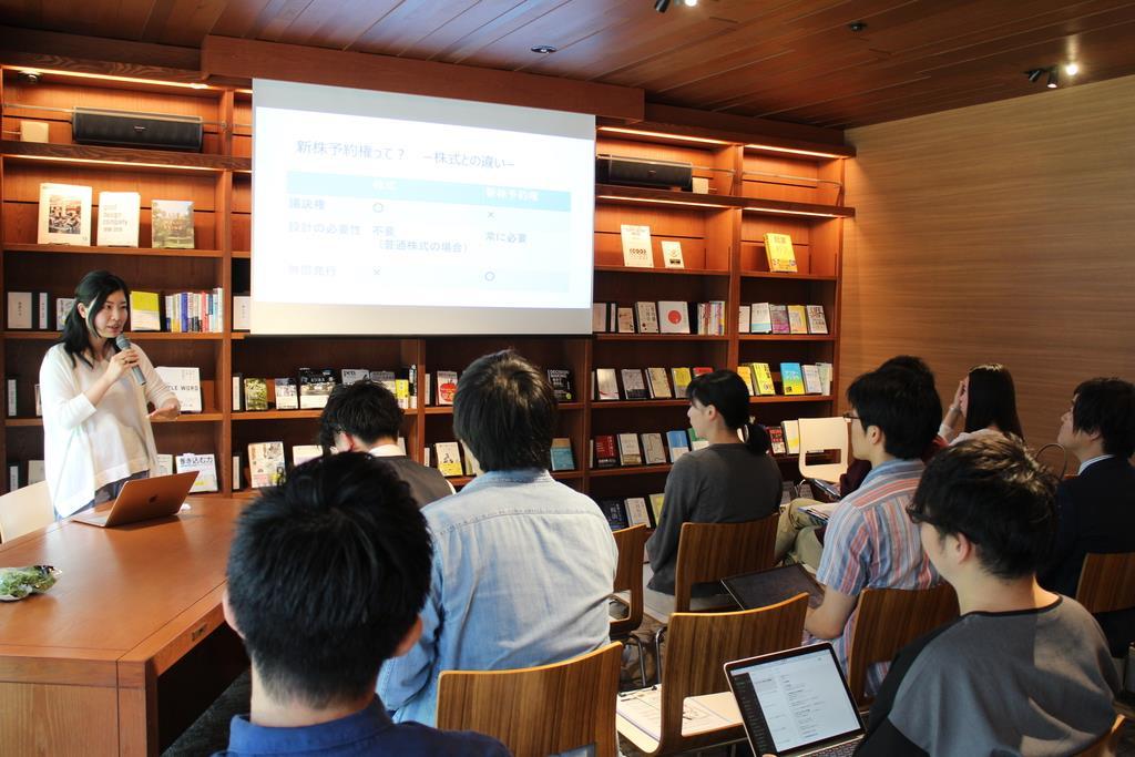 起業する際の法務面の注意点について専門家の話を聞く参加者たち=大阪市内