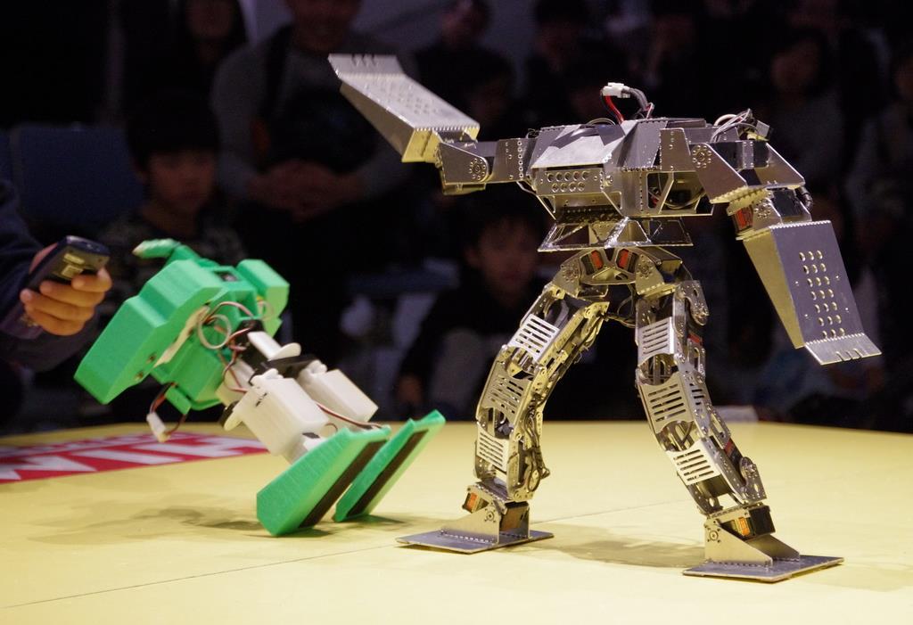 リングの上でロボット同士が1対1のバトルを繰り広げる「姫路ロボ・チャレンジ」(姫路科学館提供)