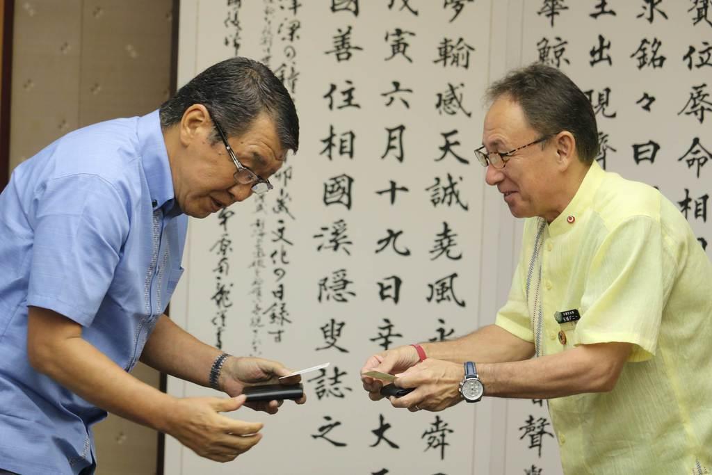 セブン-イレブン・ジャパンの古屋一樹会長(左)と会談する沖縄県の玉城デニー知事=10日午前、沖縄県庁