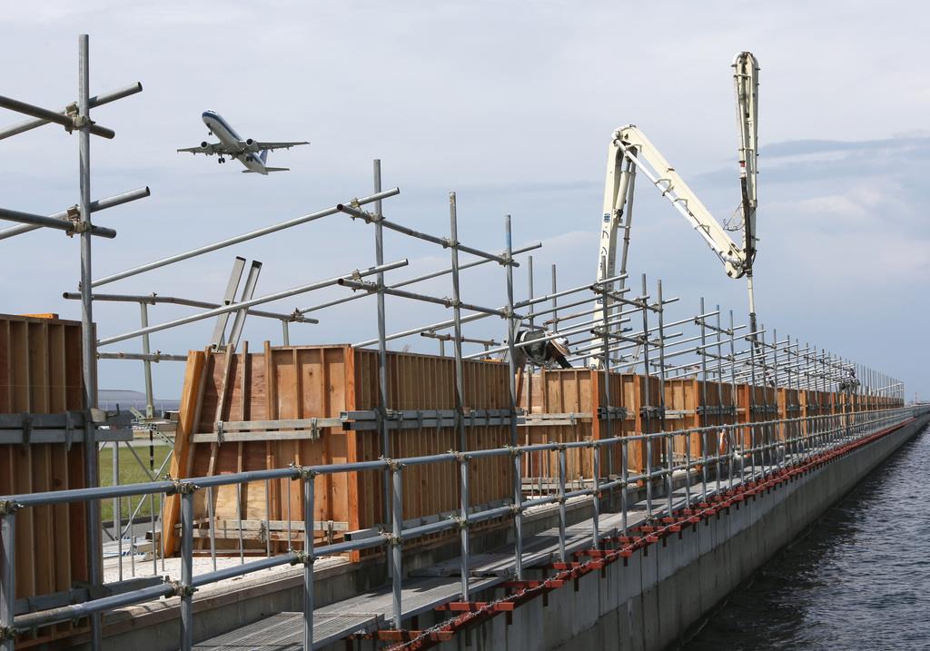 昨年の台風21号を受けた防災対策の一環として関西国際空港の1期島東側護岸をかさ上げする工事が行われる=10日午後、関西国際空港(前川純一郎撮影)