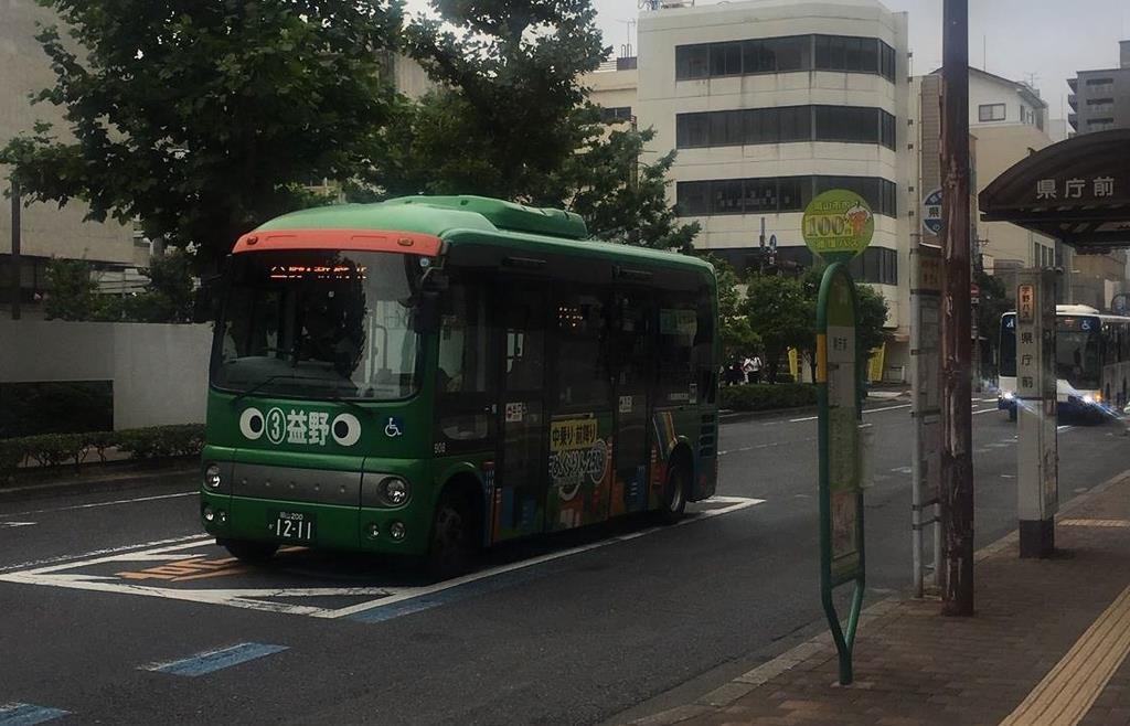 益野線を走る「めぐりん」=7月3日、岡山市