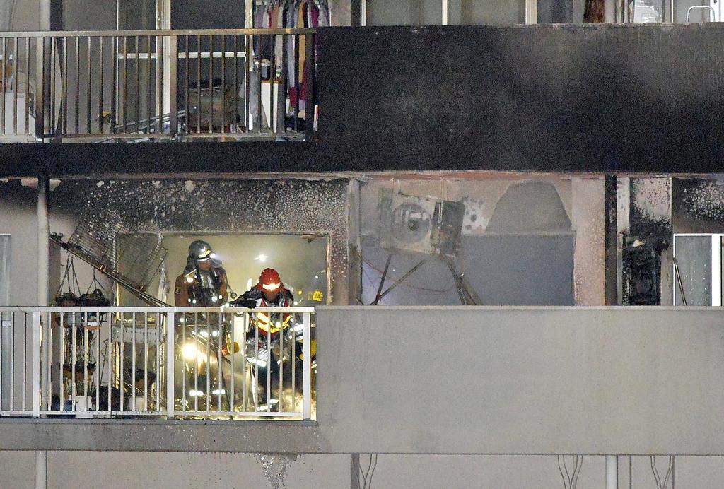 火災があった現場を調査する消防隊員=11日午前1時6分、大阪市城東区(須谷友郁撮影)