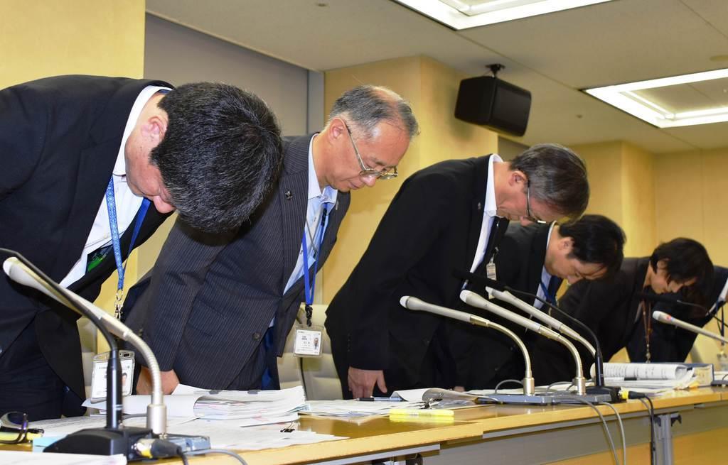 公正取引委員会から談合で改善措置要求を受けたことに対し、謝罪する都水道局の幹部ら=11日午後、都庁