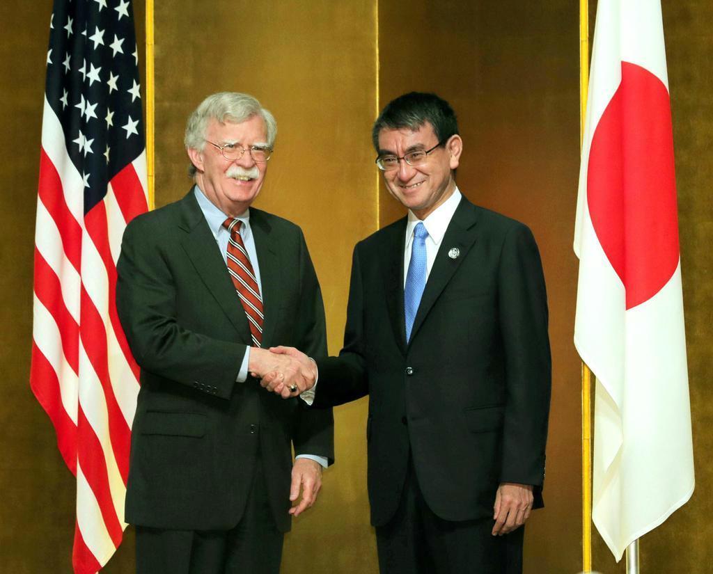 20カ国・地域(G20)首脳会議(大阪サミット)で握手する河野太郎外相(右)とボルトン米大統領補佐官=6月27日、大阪市内のホテル