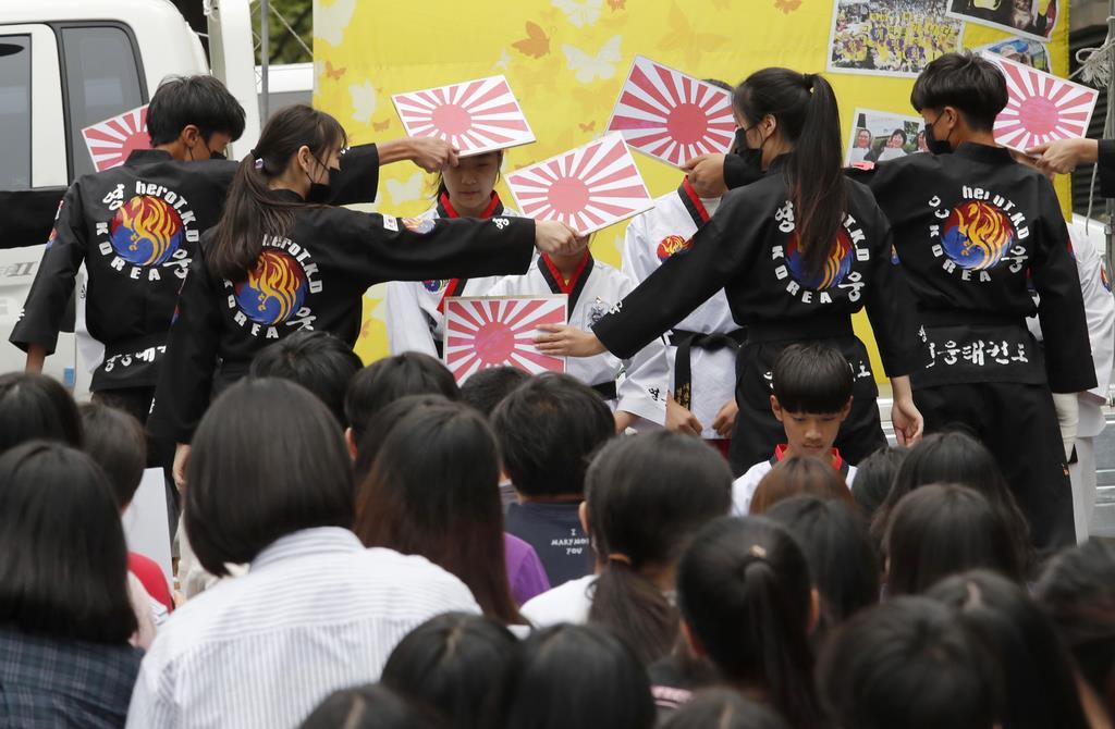 ソウルにある日本大使館の前で開かれた、慰安婦問題に対する日本政府からの全補償と謝罪を要求する集会中に行われた児童らによるパフォーマンス=10日、ソウル(AP)