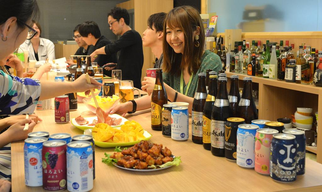 ITベンチャー「クローバーラボ」の社内バー。社員が酒を酌み交わしながら交流している =7月10日、大阪市北区(須谷友郁撮影)