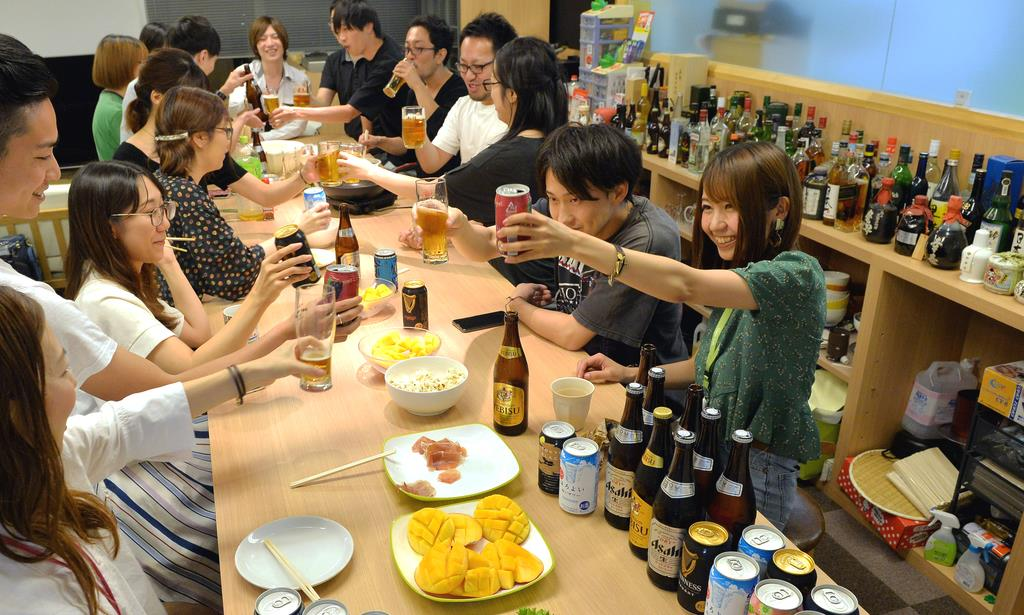 ITベンチャー「クローバーラボ」の社内バー。社員が酒を酌み交わしながら交流している =7月10日午後、大阪市北区(須谷友郁撮影)