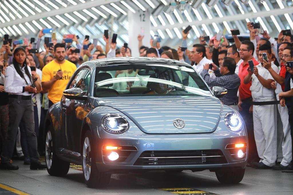 メキシコの工場で生産されたフォルクスワーゲンの小型車「ビートル」の最後の1台=10日(ゲッティ=共同)