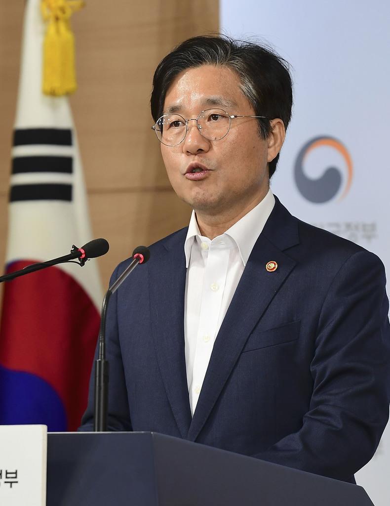 日本が韓国への輸出規制を強化したことなどに関し記者会見する韓国の成允模・産業通商資源相=9日、ソウル(共同)