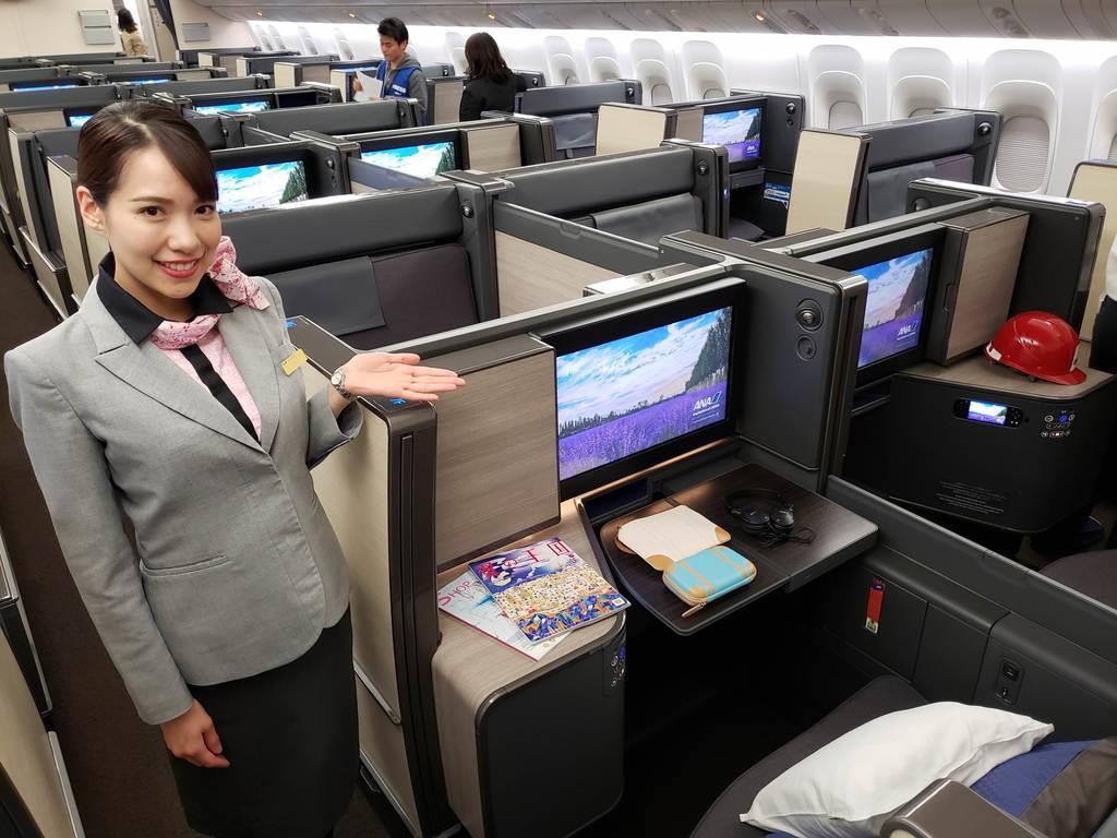 引き戸式のドアを備えて個室型になったほか、4Kモニターも備えた新しいANAのビジネスクラスのシート=11日、羽田空港