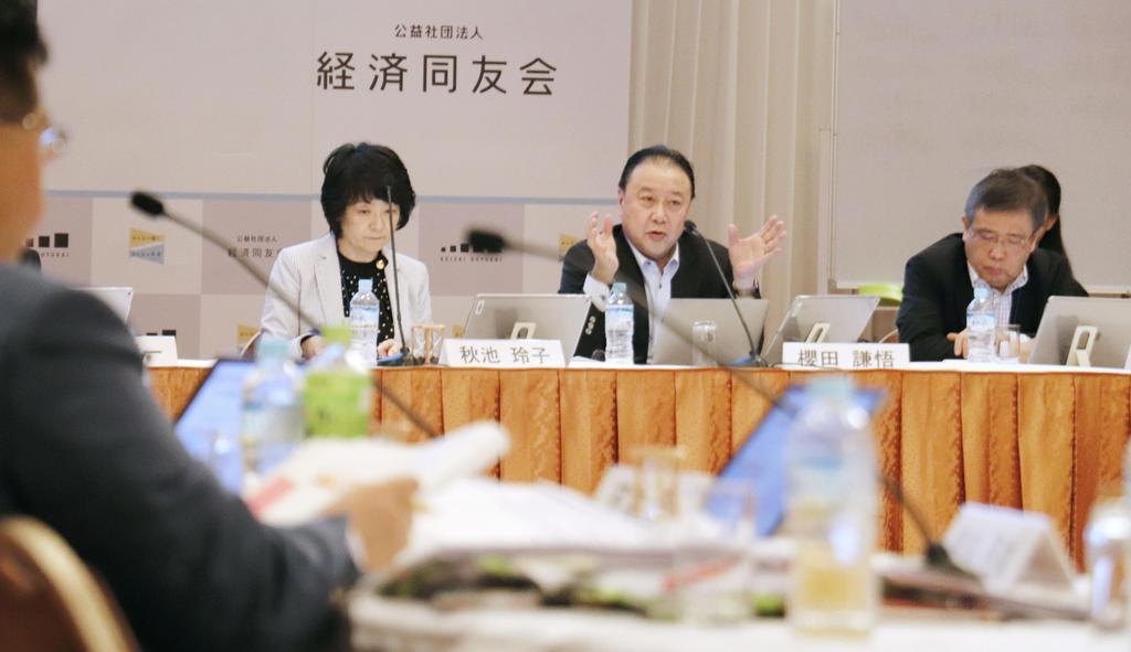 経済同友会の夏季セミナーで話す桜田謙悟代表幹事(右から2人目)=11日、長野県軽井沢町