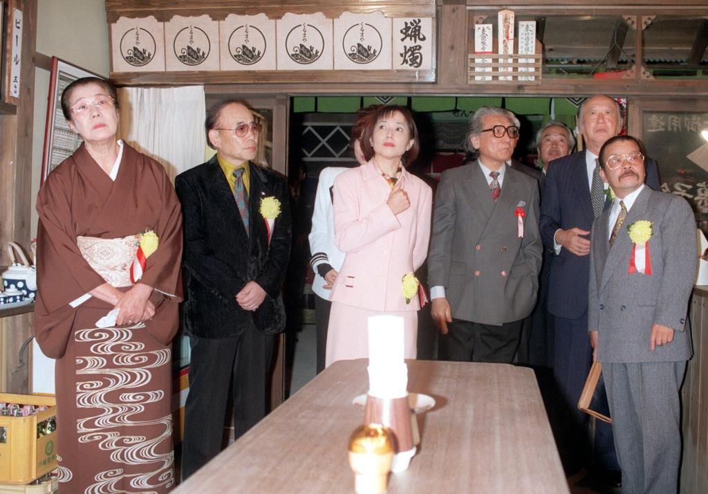 「葛飾柴又・寅さん記念館」のオープニング式典で、展示を見る竹下景子(中央)ら。竹下はシリーズの3作品でマドンナを演じた=平成9年11月