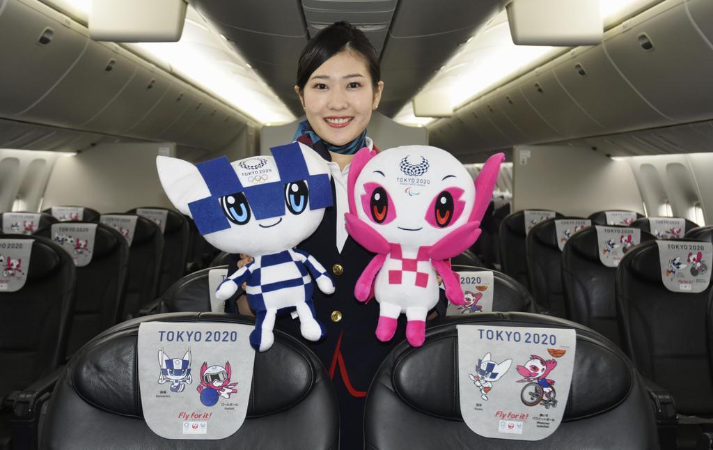 日航が公開した「みんなのJAL2020ジェット」2号機の機内。ヘッドカバーにも大会マスコットが描かれている=11日午前、羽田空港