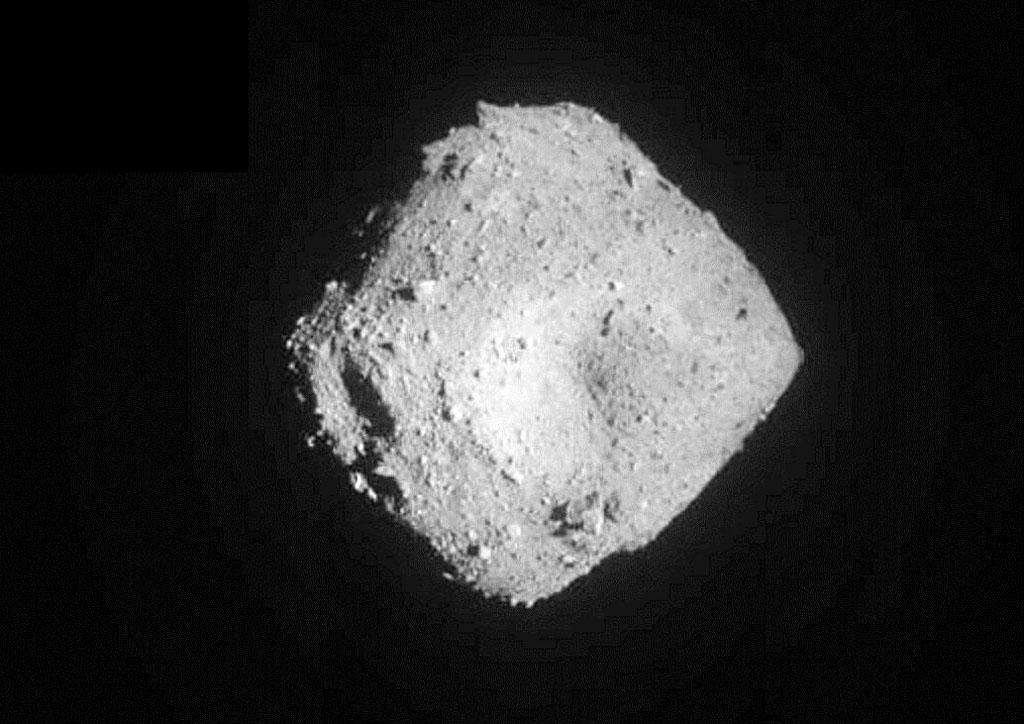 JAXAが11日午前6時56分に受信した、2回目の着陸に向け降下を続けるはやぶさ2が捉えた小惑星リュウグウ。上空約1キロから(JAXA提供)