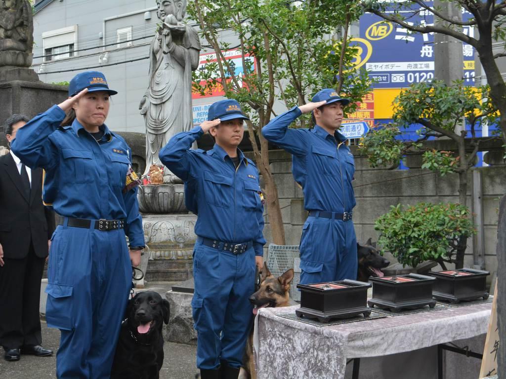 警視庁鑑識課員らと現役警察犬が参列した警察犬の慰霊祭=11日、東京都板橋区(上田直輝撮影)