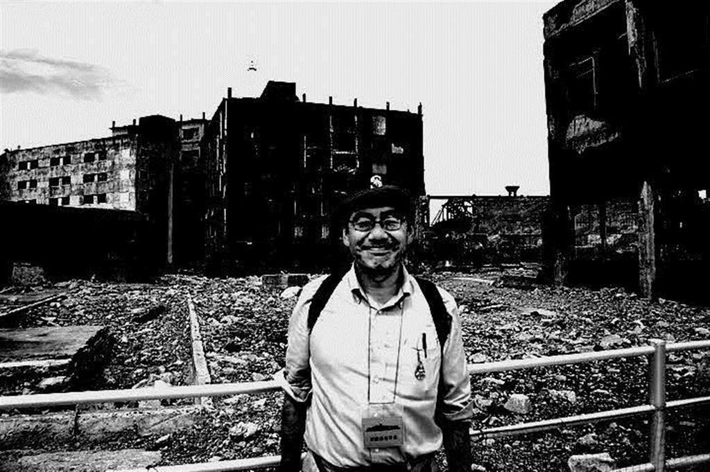 長崎の「軍艦島」を訪れたときの一枚=2010(平成22)年(本人提供)