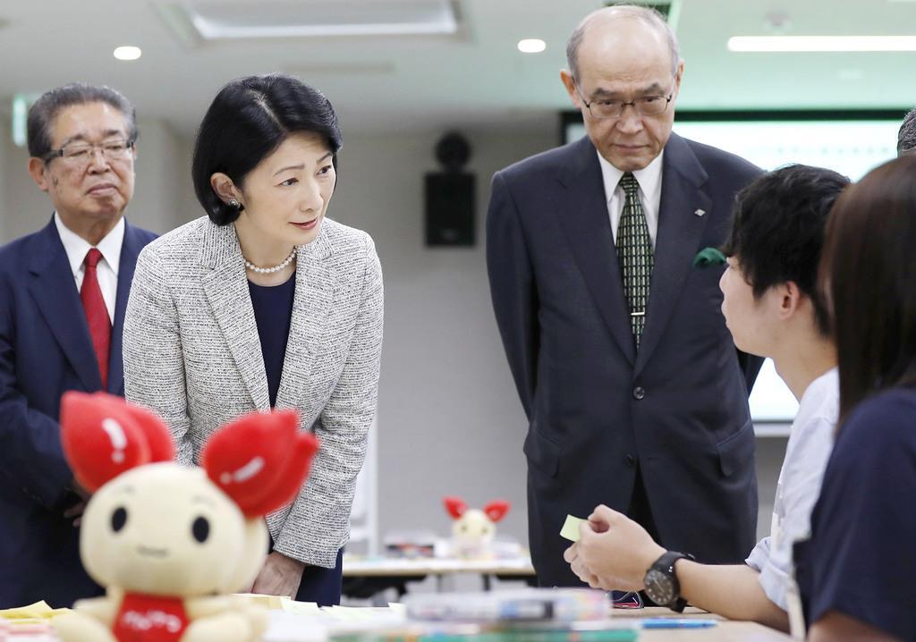 地元の学生らの献血推進活動を視察される秋篠宮妃紀子さま=11日午前、金沢市