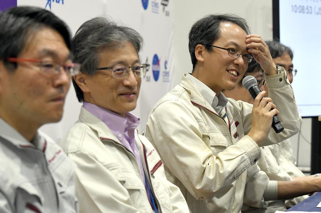 小惑星探査機「はやぶさ2」の第2回目の着地成功を受け会見する左から、JAXA宇宙科学研究所の久保田孝研究総主幹、「はやぶさ2」プロジェクトチームの渡辺誠一郎プロジェクトサイエンティスト、津田雄一プロジェクトマネージャ=11日午後、相模原市のJAXA相模原キャンパス(寺河内美奈撮影)