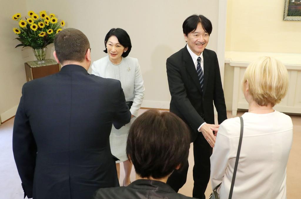 ポーランドとフィンランドの公式訪問を終え、訪問国の駐日大使らの出迎えを受けられる秋篠宮ご夫妻=6日午前、東京・元赤坂の赤坂東邸(代表撮影)