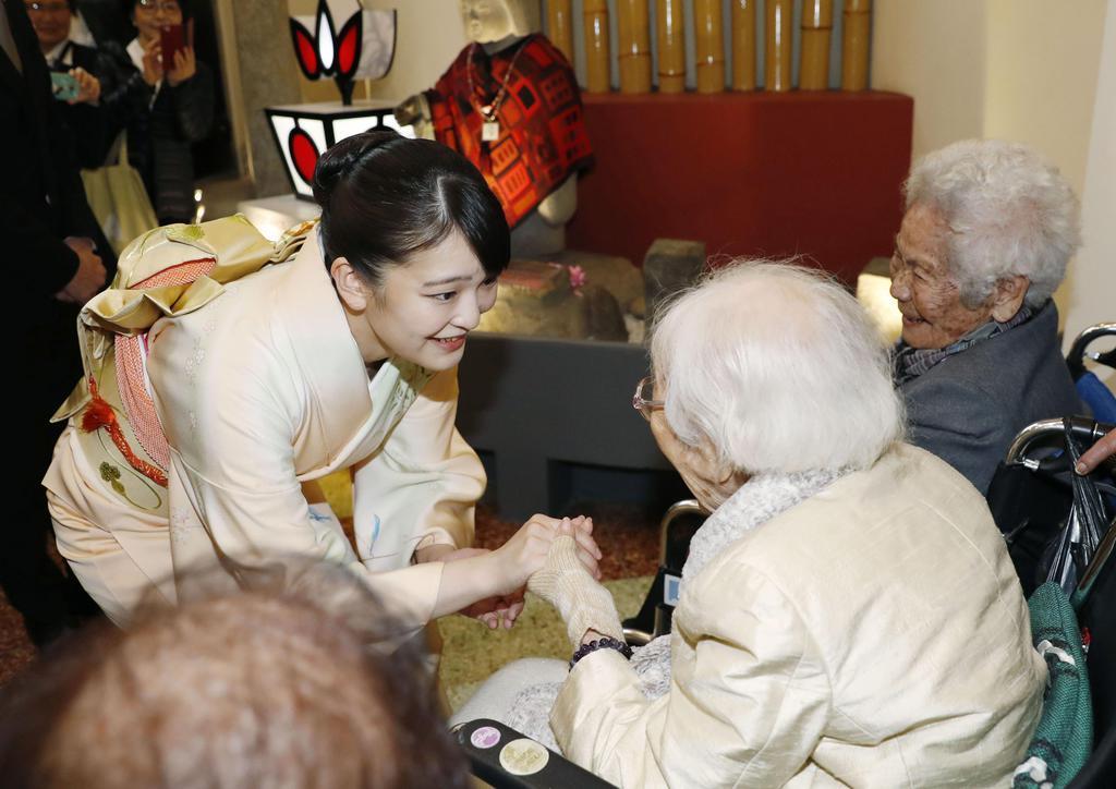 日本人の移住1世と話される秋篠宮ご夫妻の長女、眞子さま=10日、ペルー・リマ(共同)