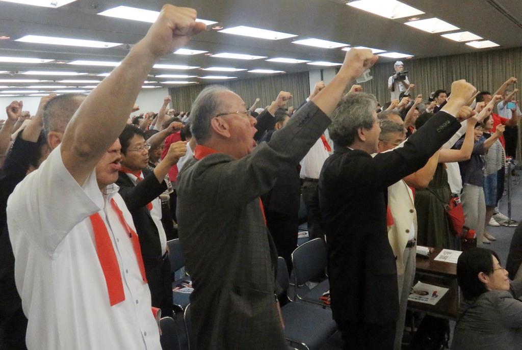 演説会で気勢を上げる支援者ら=7月6日午後、福井市