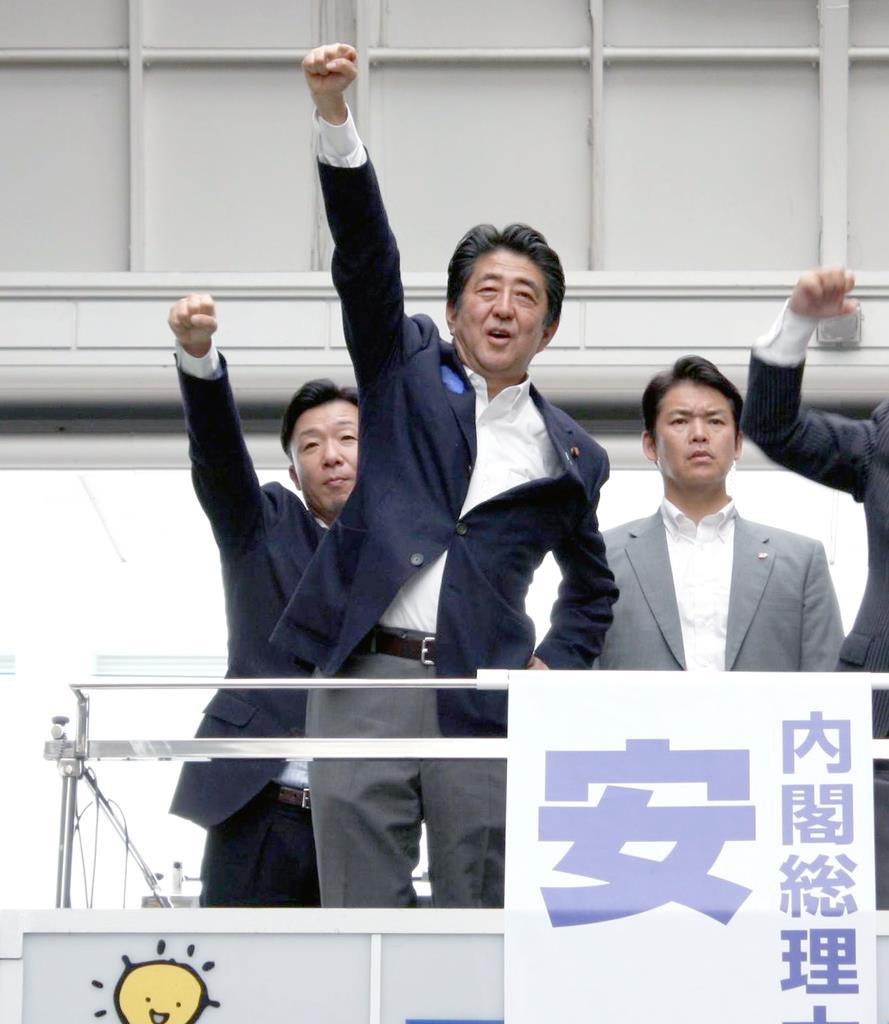 街宣車の上で拳を突き上げる安倍晋三首相=11日、大分市