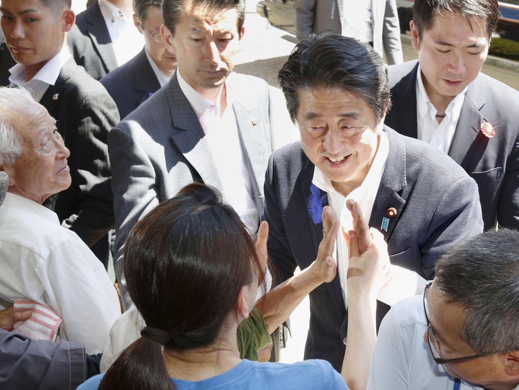 街頭演説を終え有権者らとタッチを交わす自民党総裁の安倍首相=10日午後、山形県酒田市