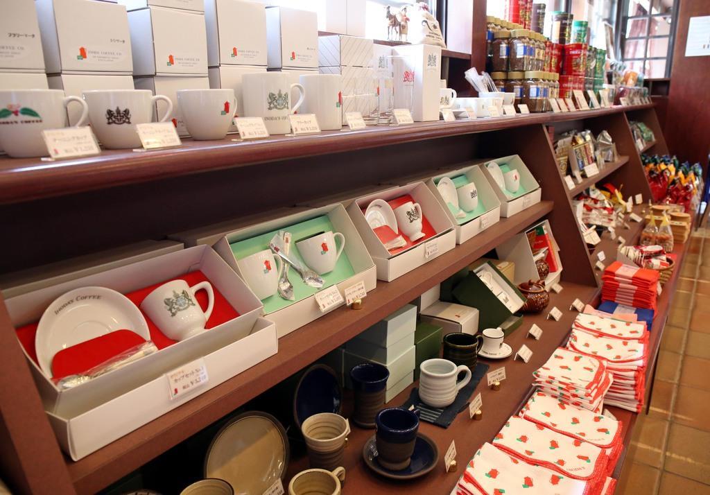 本店店内では、イノダコーヒのロゴ入りカップなどオリジナルグッズも販売されている=京都市中京区(前川純一郎撮影)