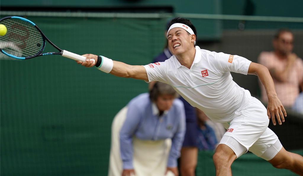 男子シングルス準々決勝 ロジャー・フェデラーと対戦中、ボールに飛びつく錦織圭=ウィンブルドン(共同)