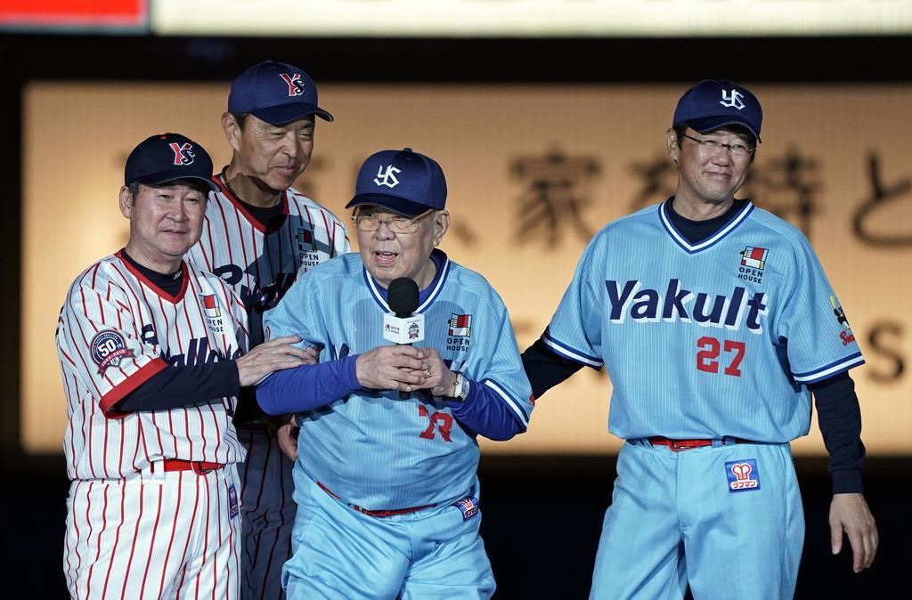 試合後、若松勉(左)、小川淳司監督(左から2人目)、古田敦也(右)に抱えられ挨拶する野村克也元監督(中央)=11日、神宮球場(加藤圭祐撮影)